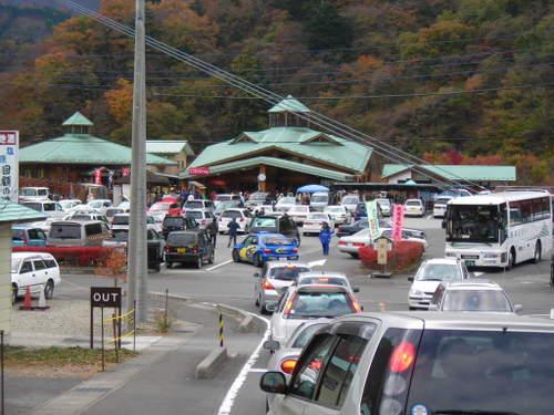 国道から駐車場へ