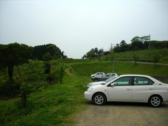 手前の駐車場の風景