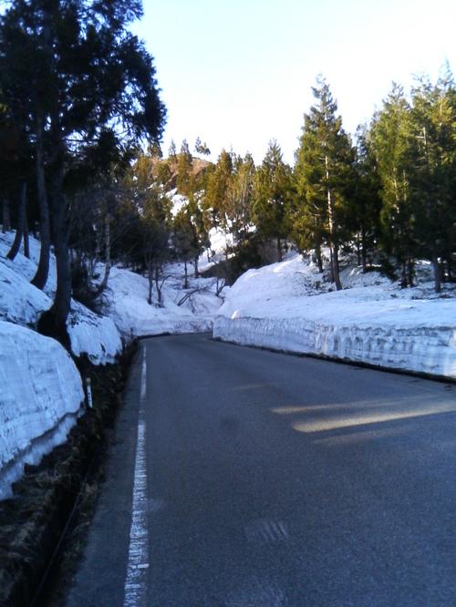 博士峠の頂上付近の残雪